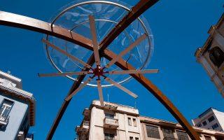 Η ξύλινη αψίδα με τον φουτουριστικό ανεμιστήρα «σκεπάζει» την πλατεία Εμπορίου.