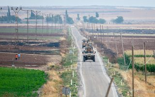 Τουρκικά τανκς περιπολούν στα σύνορα με τη Συρία κοντά στην πόλη Κιλίς.