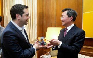 Ο πρωθυπουργός Αλέξης Τσίπρας (Δ) ανταλλάσει αναμνηστικό δώρο με τον πρόεδρο του ομίλου της Cosco, Xu Lirong (Δ), κατά τη διάρκεια της συνάντησής τους στο Μέγαρο Μαξίμου.