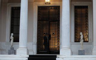 Συγκεκριμένοι υπουργοί της κυβέρνησης δέχονται δημοσίως την υποχρέωση της Αθήνας να ολοκληρώσει συγκεκριμένες ιδιωτικοποιήσεις, που εμπίπτουν στο πεδίο ευθύνης τους, αλλά στην πράξη προκαλούν μεγάλες καθυστερήσεις.