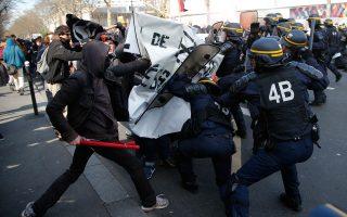 Συγκρούσεις μεταξύ ειδικών δυνάμεων της αστυνομίας και νεαρών διαδηλωτών στο Παρίσι.