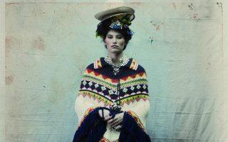 ΙΟΥΣΤΙΝΗ ΑΛΕΞΑΝΔΡΟΠΟΥΛΟΥ ―VN Models  Μεταξωτό φόρεμα και πόντσο SAINT LAURENT και πέδιλα MARNI, όλα Luisa World. Κόσμημα φορεμένο  στο κεφάλι KATERINA PSOMA, Attica.