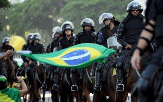 Η βραζιλιάνικη κυβέρνηση σκοπεύει να παρατάξει 47.000 αστυνομικούς και 38.000 στρατιώτες κατά τη διάρκεια των Αγώνων. Πρόκειται για το διπλάσιο προσωπικό ασφαλείας από εκείνο που είχε αναπτυχθεί κατά τους προηγούμενους Ολυμπιακούς Αγώνες, το 2012 στο Λονδίνο.