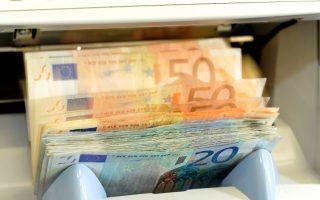 Οι καταθέσεις το 2016 σημειώνουν αξιοσημείωτες απώλειες, καθώς μειώθηκαν κατά 1,14 δισ. ευρώ τον Ιανουάριο, κατά 544 εκατ. ευρώ τον Φεβρουάριο και τον Μάρτιο κατά 214 εκατ. ευρώ.