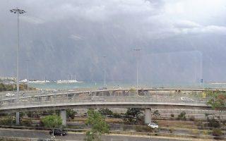 Eπιστροφή στην «K», χθες, 3 Mαΐου, για τους δημοσιογράφους – «Hμέρα της Eλευθεροτυπίας», ήρθε το μαύρο σύννεφο για συμπαράσταση στην Eργατική Πρωτομαγιά (φωτογραφία Eλένη Mπίστικα).