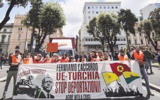 Ακτιβιστές διαδηλώνουν εναντίον της συμφωνίας Ευρωπαϊκής Ενωσης - Τουρκίας για τον έλεγχο των προσφυγικών ροών, έξω από την τουρκική πρεσβεία στη Ρώμη.