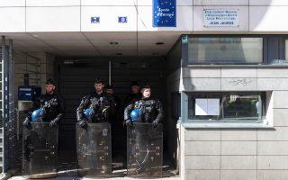Αστυνομικές δυνάμεις έξω από το σχολείο Ζαν Ζορές στο Παρίσι, από το οποίο απομακρύνθηκαν οι μετανάστες.