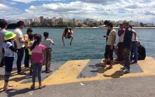 Οι έφηβοι πρόσφυγες ξεκίνησαν τα μπάνια τους στο λιμάνι...