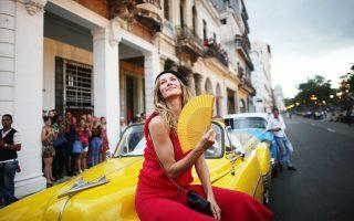 Η διάσημη Ζιζέλ ποζάρει λίγο πριν από την επίδειξη μόδας του οίκου Chanel στην Αβάνα της Κούβας. Τη λαμπρή τελετή παρακολούθησαν οι περισσότεροι Κουβανοί από τα γειτονικά μπαλκόνια ή το πεζοδρόμιο.