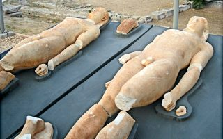 Εξαιρετικής τέχνης, φιλοτεχνημένοι από μάρμαρο Πάρου, οι πανομοιότυποι Κούροι της Κλένιας εντοπίστηκαν στα χέρια αρχαιοκαπήλων τον Μάιο του 2010.