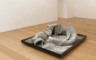 Κώστας Σαχπάζης, «Χθεσινοβραδινή ζύμη», ρητίνη, σκόνη τάλκη, ζωγραφισμένο ξύλο, 60x157x118 εκ.