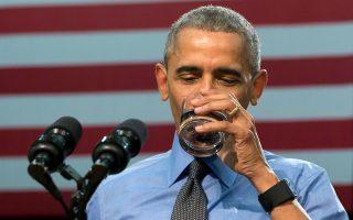 Ο Μπαράκ Ομπάμα πίνει νερό για να αποδείξει ότι είναι ασφαλές.