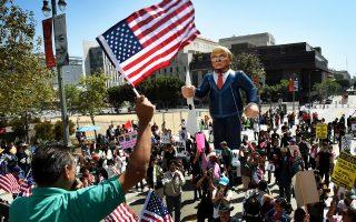 Μέλη οργανώσεων υπέρ των δικαιωμάτων των μεταναστών διαδηλώνουν κατά του Ρεπουμπλικανού υποψηφίου για την προεδρία Ντόναλντ Τραμπ στις εκδηλώσεις της Πρωτομαγιάς στο Λος Αντζελες.
