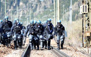 Ειδικές δυνάμεις της ιταλικής αστυνομίας περιμένουν τους διαδηλωτές, που διαμαρτύρονται εναντίον του σχεδίου της αυστριακής κυβέρνησης να υψώσει φράχτη στα σύνορα των δύο χωρών.