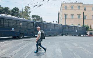 Δρακόντεια ήταν τα μέτρα ασφαλείας, με «κλούβες» της αστυνομίας και κάγκελα στο Μνημείο του Αγνωστου Στρατιώτη, έξω από το Κοινοβούλιο, καθώς και στην Ηρώδου Αττικού, όπου βρίσκονται το Προεδρικό Μέγαρο και το Μέγαρο Μαξίμου, χθες, Κυριακή, ημέρα ψήφισης του ασφαλιστικού νομοσχεδίου στη Βουλή. Καθ' όλη τη διάρκεια του τελευταίου τριημέρου, κάγκελα και «κλούβες» είχαν την τιμητική τους. Από την Παρασκευή, κάθε τόσο, 15 «κλούβες» της αστυνομίας εμφανίζονταν παρκαρισμένες από τη Σταδίου μέχρι τη Φιλελλήνων, ενώ άλλες τρεις είχαν φροντίσει να μην περνάει ούτε πεζός από την Ηρώδου Αττικού...