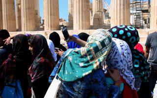 Σέλφι και φωτογραφίες των μνημείων βγάζουν οι νεαροί πρόσφυγες από τη Συρία και το Αφγανιστάν, που φιλοξενούνται στο Σχιστό και στον Ελαιώνα, οι οποίοι επισκέφθηκαν τον Παρθενώνα και το Μουσείο της Ακρόπολης, με αφορμή την Ημέρα της Ευρώπης.