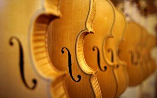 Για βιολί στην Κρεμόνα.΄Εχουν στα χέρια τους ένα θαυμάσιο, ξακουστό, και άριστα ποιοτικό προϊόν και αναζητούν τα κέρδη. Η κατασκευή έγχορδων μουσικών οργάνων, είναι παράδοση για την πόλη που κρατά από τον 16 αιώνα. Ξακουστά ονόματα όπως του Antonio Stradivari και Nicolo Amati των οποίων τα σωζόμενα όργανα θεωρούνται αξεπέραστα, κατάγονται από την πόλη. Και όμως, με αυτή την παράδοση και αυτό το άριστο προϊόν, τα κέρδη είναι μικρά. Κάποια από αυτά τα αριστουργήματα χρειάζονται μήνες να κατασκευασθούν για να αποτιμηθούν για περίπου 20.000 ευρώ το κάθε ένα. REUTERS/Stefano Rellandini