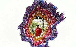 Ανθοκομική; Είναι η μεγαλύτερη έκθεση λουλουδιών στο Ηνωμένο Βασίλειο και μια από της μεγαλύτερες και παλαιότερες του κόσμου. Το  Chelsea Flower Show εκθέτει στον ίδιο χώρο από το  1912 αλλά η Βασιλική Εταιρία Οπωροκηπευτικών που το διοργανώνει, μετρά από το 1862, όταν η τότε έκθεση ονομαζόταν απλά Ανοιξιάτικη. Ακόμα και σήμερα το  Chelsea Flower Show διοργανώνεται τον μήνα Μάη και για πέντε ολόκληρες ημέρες, συγκεντρώνει το ενδιαφέρον σχεδιαστών κήπων, γεωπόνων, κηπουρών και απλών εραστών των λουλουδιών. Τουλάχιστον 150.000 άνθρωποι διαβαίνουν το κατώφλι της, αντί αντιτίμου βεβαίως. Στην φωτογραφία το έργο   «Behind Every Great Florist» του Veevers Carte . EPA/ANDY RAIN