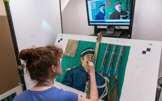 «Loving Vincent» ονομάζεται η παραγωγή κινουμένων σχεδίων που είναι αφιερωμένη στην ζωή του σπουδαίου ζωγράφου Vincent Van Gogh. Η ταινία είναι η πρώτη του είδους της που χρησιμοποιεί πλήρως ζωγραφισμένα, από λάδι σε καμβά, πλάνα και για τον λόγο αυτό χρειάζονται 100 καλλιτέχνες που ζωγραφίζουν με την τεχνοτροπία του Van Gogh κάθε σκηνή του φιλμ. Το Loving Vincent θα πρέπει να είναι έτοιμη μέχρι το τέλος του 2016.  EPA/MACIEJ KULCZYNSKI