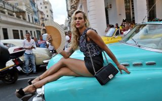 Η  «άλωση» της πόλης με ψηλοτάκουνα 1. Μετά τον πρόεδρο των ΗΠΑ και  τους συνταξιούχους τουρίστες των κρουαζιερόπλοιων, ήρθε η σειρά και ενός κορυφαίου οίκου μόδας να καταφθάσει στην αμόλυντη Αβάνα. Μαζί με μια έκθεση του σχεδιαστή του οίκου Karl Lagerfeld, η Chanel έκανε και την πρώτη της πασαρέλα για την Λατινική Αμερική, στην Κούβα. Στον καλογυαλισμένο πεζόδρομο του Prado παρέλασαν τα μοντέλα με ρούχα εμπνευσμένα από το νησί. Ντεσέν με θέμα τα παλιομοδίτικα αυτοκίνητα της Κούβας, μεγάλοι γιακάδες, παναμάδες και ζωνάρια στην μέση για τους άνδρες, όλα παρέπεμπαν στην πολύχρωμη και ζωντανή παράδοση της. Στην φωτογραφία το μοντέλο Alice Dellal ποζάρει λίγο πριν από την έναρξη της επίδειξης. EPA/ALEJANDRO ERNESTO