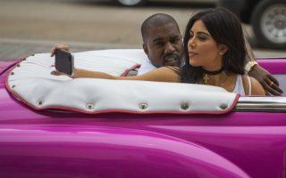 Επέλαση στην Αβάνα. Μετά τους πολιτικούς και τα μοντέλα ήρθε η σειρά των Kardashian να καταφθάσουν οικογενειακώς και με τις κάμερες να τους ακολουθούν κατά πόδας, στην Κούβα. Οι διάσημη οικογένεια που τα βγάζει όλα στην φόρα μέσω reality, επισκέφθηκε το μουσείο για το Ρούμι και οι Κουβανοί πήραν μια πρώτη γεύση από πρώτο χέρι  από υπερμεγέθεις πλαστικές επεμβάσεις. Μετά και από αυτό η Κούβα   είναι και επισήμως το πιο hot νησί για διακοπές για τους Αμερικανούς.  Στην φωτογραφία η Kim Kardashian βγάζει selfie για να ανεβάσει στον προσωπικό της λογαριασμό υπό το βλέμμα του συζύγου της ράπερ Kayne West.(AP Photo/Desmond Boylan)