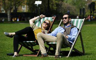Καυτό Λονδίνο. Ένα ζευγάρι βγάζει selfie στο πάρκο St James απολαμβάνοντας την λιακάδα. Το θερμόμετρο στην Βρετανική πρωτεύουσα έφτασε τους 26 βαθμούς Κελσίου κάνοντας την Κυριακή 8 Μαΐου την θερμότερη ημέρα του χρόνου! EPA/HANNAH MCKAY