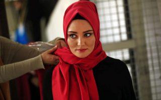 Οδεύοντας προς το παρελθόν. Στυλίστες και μοντέλα συμμετέχουν στην φωτογράφιση για online site που εμπορεύεται ρούχα για μουσουλμάνες στην Κωνσταντινούπολη. Η κοσμοπολίτικη τουρκική πόλη θα φιλοξενήσει την πρώτη εβδομάδα μόδας στις 13 Μαΐου, με σχεδιαστές από όλο τον κόσμο που σχεδιάζουν αποκλειστικά  συντηρητικά ρούχα για καθωσπρέπει μουσουλμάνες. (AP Photo/Lefteris Pitarakis)
