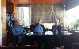 O Μίκης Θεοδωράκης με τον Μίμη Ανδρουλάκη και τον Νίκο Καρατζά του Ιανού.