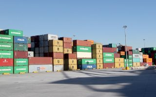 Από το τελωνείο του Πειραιά περνούν όλα τα εμπορευματοκιβώτια που εξάγονται διά θαλάσσης από τους προβλήτες Ι, ΙΙ και ΙΙΙ του ΟΛΠ.