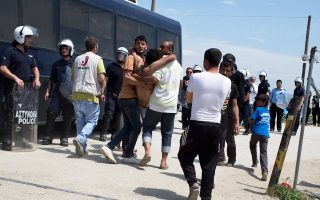Μετανάστες μεταφέρουν άτομο που τραυματίστηκε κατά τον χθεσινό πετροπόλεμο στην Ειδομένη, μεταξύ προσφύγων διαφορετικών εθνικοτήτων. Συγκεκριμένα, χθες το μεσημέρι ξέσπασε καβγάς Αφγανών και Πακιστανών, ο οποίος κατέληξε σε πετροπόλεμο, με αποτέλεσμα να παρέμβει η αστυνομία ρίχνοντας χημικά. Ενας πρόσφυγας τραυματίστηκε και μεταφέρθηκε στο Πολύκαστρο για ράμματα.