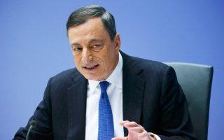 Εκτιμάται ότι, μετά την αξιολόγηση και την επαναφορά του waiver από την ΕΚΤ, δηλαδή της εξαίρεσης με την οποία η κεντρική τράπεζα αποδέχεται ελληνικούς τίτλους για την παροχή ρευστότητας, αλλά και την ένταξη της χώρας στο πρόγραμμα ποσοτικής χαλάρωσης, θα υπάρξει θεαματική μείωση των επιτοκίων των ομολόγων. Στη φωτογραφία, ο πρόεδρος της ΕΚΤ, Μ. Ντράγκι.