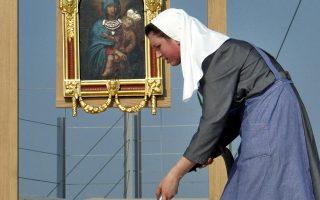Καλόγρια καθαρίζει στον χώρο της εκκλησίας πριν από τη λειτουργία, στην πόλη Οσιτζεκ της Κροατίας.