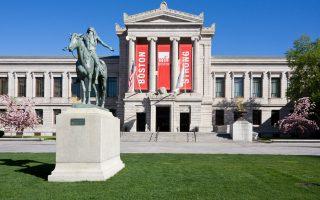 Η εντυπωσιακή είσοδος του Μουσείου Καλών Τεχνών της Βοστώνης με το άγαλμα του Ινδιάνου.