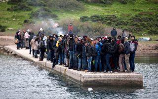 Πρόσφυγες περιμένουν την ακτοφυλακή στο νησί Πασάς.