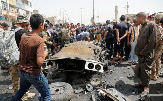 Συγκεντρωμένο πλήθος στο σημείο της χθεσινής επίθεσης στη σιιτική Σαντρ Σίτι της Βαγδάτης, στο Ιράκ.