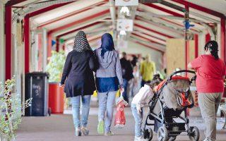 Γυναίκες περπατούν σε προσφυγικό κέντρο του χωριού Αμτ Νόιχος της Βόρειας Γερμανίας. Το χωριό των 102 μόνιμων κατοίκων φιλοξενεί σήμερα 1.000 πρόσφυγες.