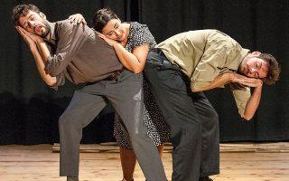 Μια σκηνή, χαρακτηριστική του σωματικού θεάτρου, στην παράσταση «Αγγελική».