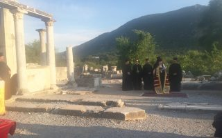 Ο Οικουμενικός Πατριάρχης τέλεσε Εσπερινό στα ερείπια του Ναού της Παναγίας, σε υποβλητικό φυσικό περιβάλλον (φωτο Ελένη Μπίστικα, 8/5/16).