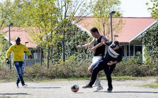 Ποδόσφαιρο μπροστά σε προσφυγικό κατάλυμα στη βόρεια Γερμανία.