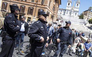 Ιταλοί και Κινέζοι αστυνομικοί περιπολούν στα διάσημα Ισπανικά Σκαλιά της Πιάτσα ντι Σπάνια της Ρώμης.