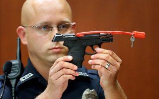 Το όπλο, που θα έβγαινε σε πλειστηριασμό, με πρώτη προσφορά 5.000 δολάρια, επιδεικνύεται στο δικαστήριο της Φλόριντα το 2013.