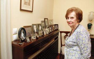 Η Ροζίνα Ασσερ - Πάρδο με φόντο παλιές φωτογραφίες. Δέκα ετών δραπέτευσε με την οικογένειά της από το γκέτο όπου βρίσκονταν οι Εβραίοι της Θεσσαλονίκης, για να βρει καταφύγιο στο σπίτι της οικογένειας Καρακώτσου.