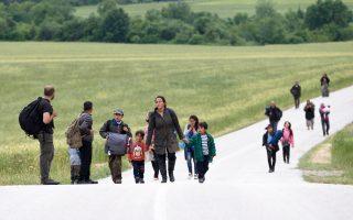 Ομάδα προσφύγων που αποπειράθηκε να περάσει τα σύνορα επιστρέφει στον καταυλισμό.