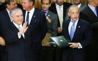 Ο υπηρεσιακός πρόεδρος της Βραζιλίας Μισέλ Τεμέρ (αριστερά) χαιρετάει συγκεντρωμένους οπαδούς του στο προεδρικό μέγαρο.