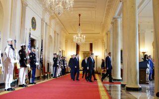 Τους Σκανδιναβούς ηγέτες συνοδεύει ο πρόεδρος Ομπάμα σε αίθουσα του Λευκού Οίκου.