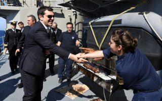 (Ξένη Δημοσίευση) Ο πρωθυπουργός Αλέξης Τσίπρας (Δ), ο υπουργός Εθνικής Άμυνας Πάνος Καμμένος (Α) και ο Αρχηγός ΓΕΝ Αντιναύαρχος Γεώργιος Γιακουμάκης ΠΝ επισκέφθηκαν τη Φρεγάτα «ΑΔΡΙΑΣ» και αντάλλαξαν ευχές για την εορτή του Πάσχα με τους Αξιωματικούς, τους Υπαξιωματικούς και το πλήρωμα,  Κυριακή 1 Μαΐου 2016. ΑΠΕ-ΜΠΕ/ΓΡΑΦΕΙΟ ΤΥΠΟΥ ΥΠΕΘΑ/STR