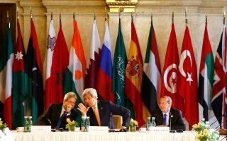 Ο Αμερικανός υπουργός Εξωτερικών Τζον Κέρι (κέντρο), ο Ιταλός ομόλογός του Πάολο Τζεντιλόνι (αριστερά) και οι ειδικός απεσταλμένος του ΟΗΕ για τη Λιβύη Μάρτιν Κόμπλερ, κατά τη χθεσινή διεθνή σύνοδο της Βιέννης.