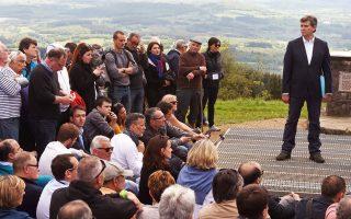 Ο πρώην υπουργός Βιομηχανίας Αρνό Μοντεμπούρ μιλάει σε ακτιβιστές για το «εναλλακτικό σχέδιό του» από την κορυφή του όρους Μπεβρέ στην κεντρική Γαλλία.