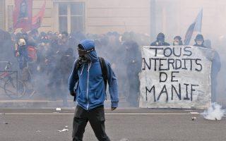 Με τις δυνάμεις της αστυνομίας συγκρούσθηκαν χθες διαδηλωτές, στο περιθώριο της μεγάλης πορείας κατά της μεταρρύθμισης της αγοράς εργασίας και του νόμου Ελ Κομρί. Το πανό των ταραξιών, «Απαγόρευση Διαδηλώσεων για Ολους», αναφέρεται ειρωνικά στην ισχύουσα κατάσταση εκτάκτου ανάγκης στη Γαλλία.