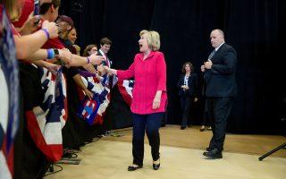 Η Χίλαρι Κλίντον προσέρχεται στην κεντρική προεκλογική της συγκέντρωση στο Λέξινγκτον του Κεντάκι, μία ημέρα προτού ανοίξουν οι κάλπες για τις προκριματικές εκλογές των Δημοκρατικών.